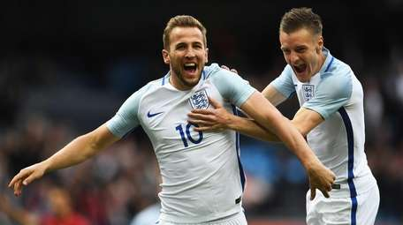 Harry Kane of England celebrates with Jamie Vardy