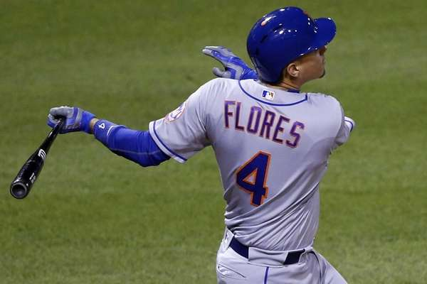 New York Mets' Wilmer Flores drives in a