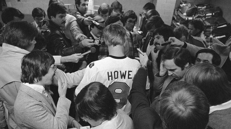 Sports writers gather around hockey great Gordie Howe