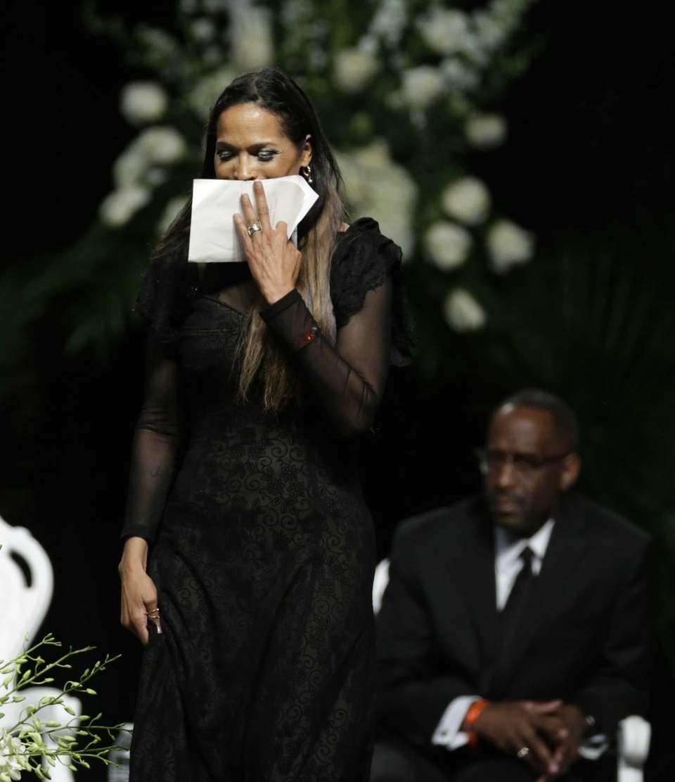 Muhammad Ali's daughter, Rasheda Ali-Walsh, walks off the