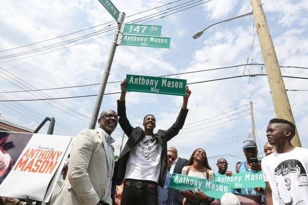 Anthony Mason, Jr.,and other family members at the