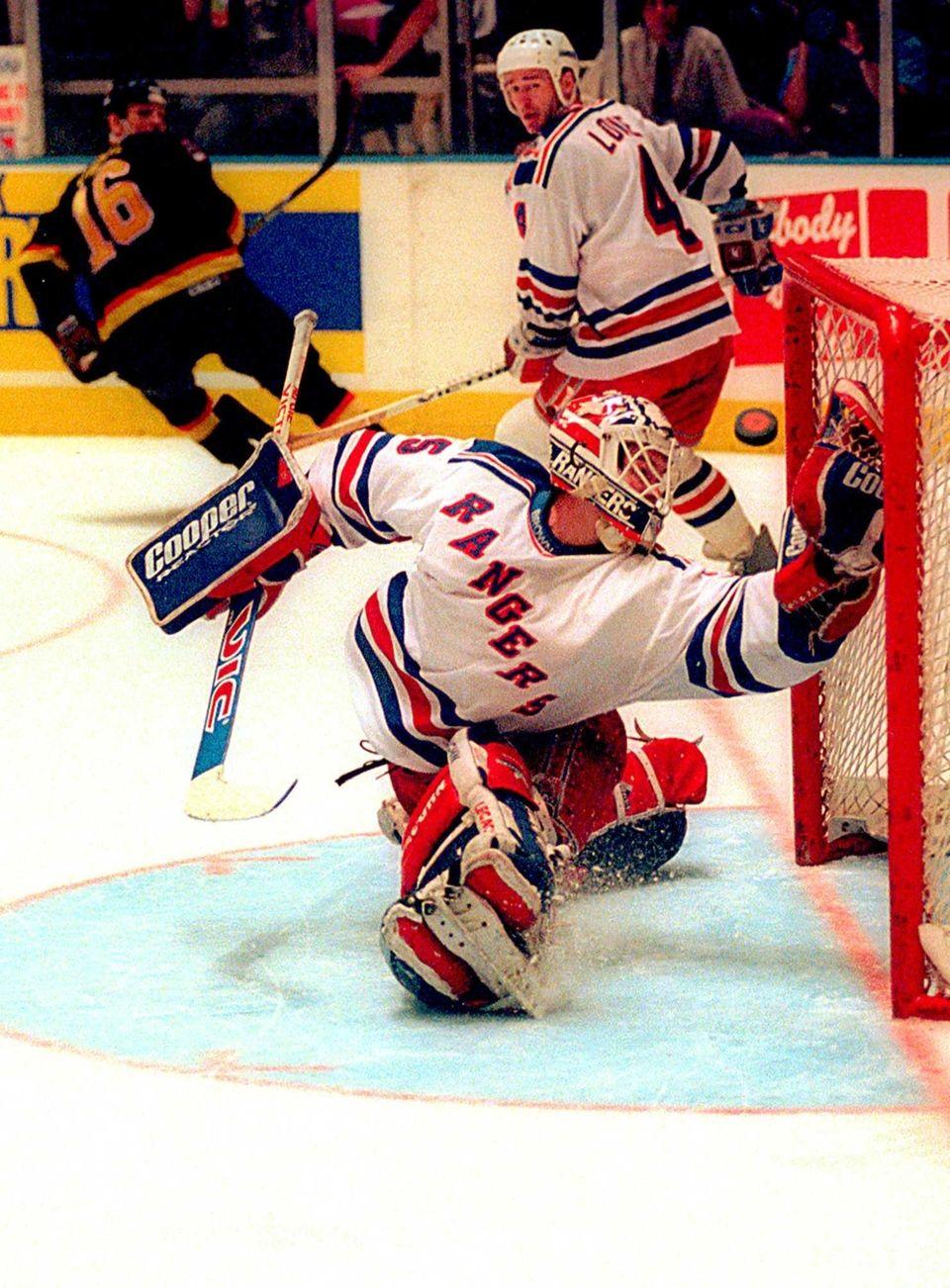 New York Rangers goalie Mike Richter makes a