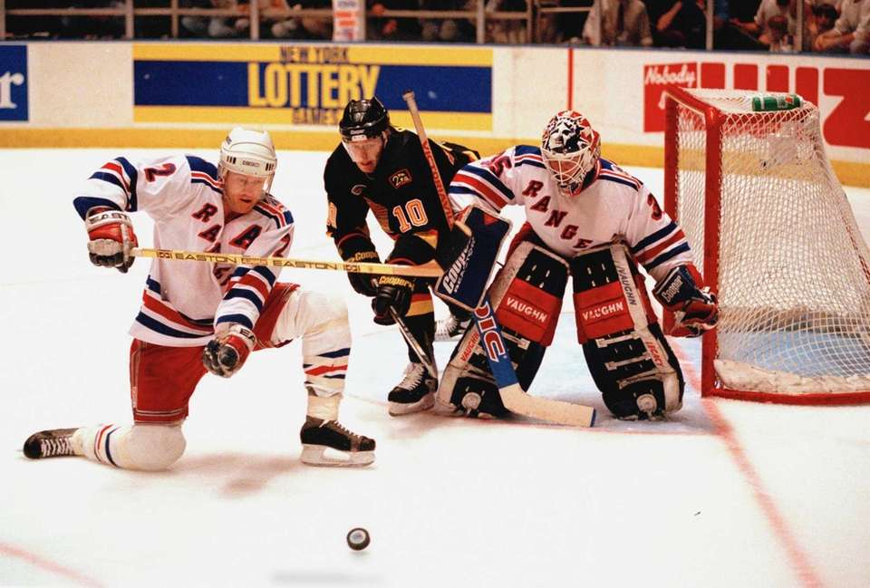 New York Rangers goalie Mike Richter, right, and