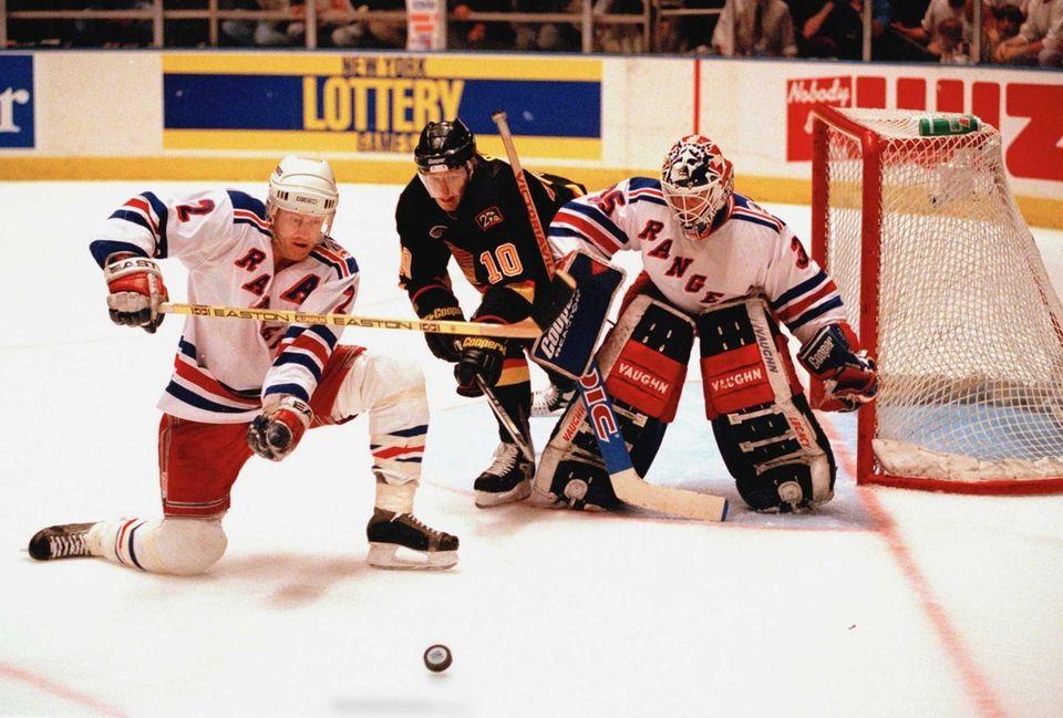 New York Rangers goalie Mike Richter, right, and