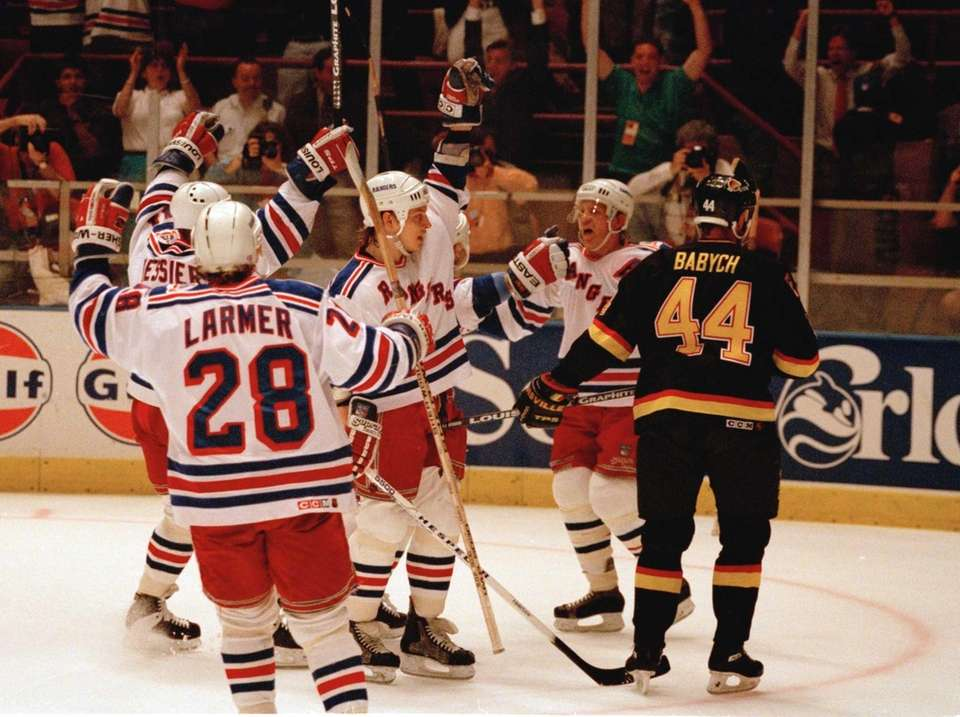 New York Rangers' Steve Larmer (28), Mark Messier,