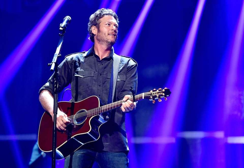 Singer Blake Shelton performs at the 2015 iHeartRadio