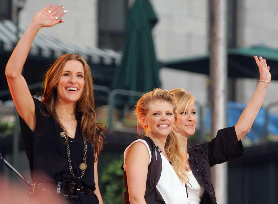 Dixie Chicks (from left, Emily Robison, Natalie Maines