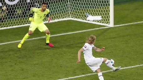 Iceland's Birkir Bjarnason, right, shoots and scores an