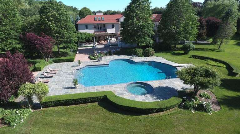 This Old Westbury estate has a 10,000-square-foot home