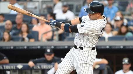 New York Yankees rightfielder Carlos Beltran grounds into