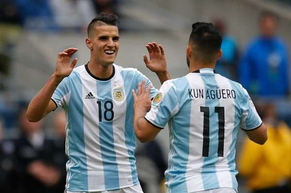 Erik Lamela #18 of Argentina celebrates with Sergio