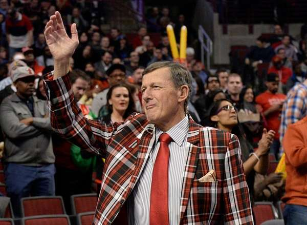 TNT sideline reporter Craig Sager acknowledges the crowd