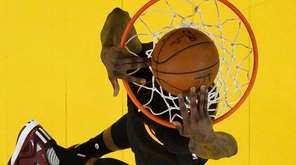 Cleveland Cavaliers forward Iman Shumpert dunks the ball