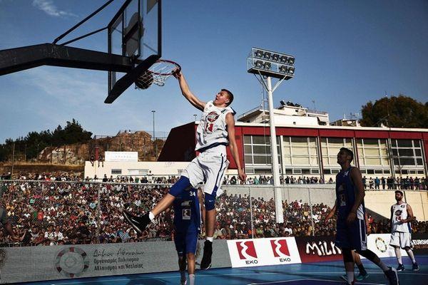 Knicks forward Kristaps Porzingis dunks during a game
