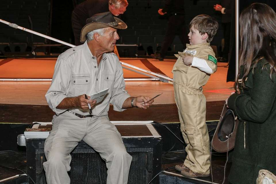 Zookeeper Jack Hanna talks animals with a local