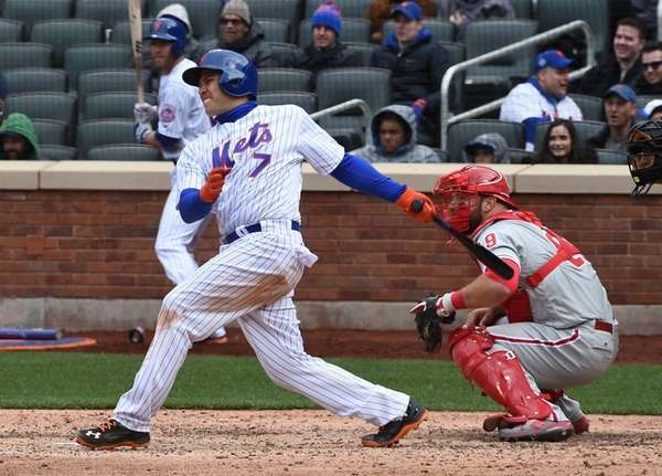 New York Mets catcher Travis d'Arnaud (7) with