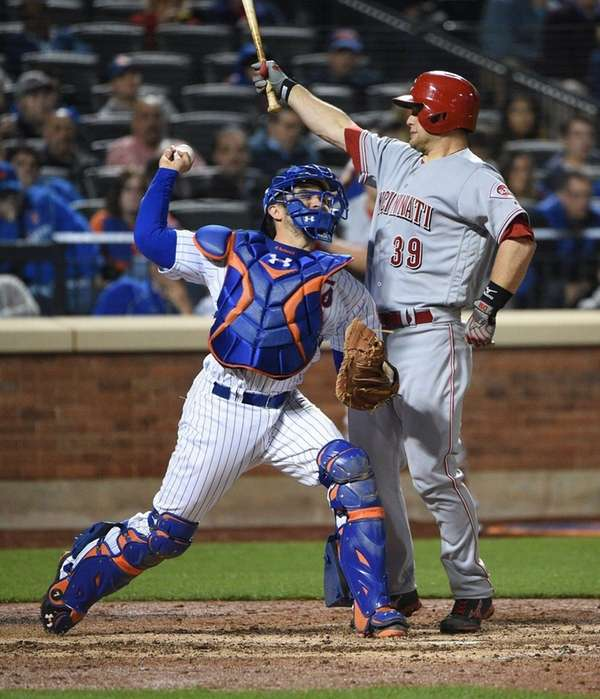 New York Mets catcher Travis d'Arnaud attempts to