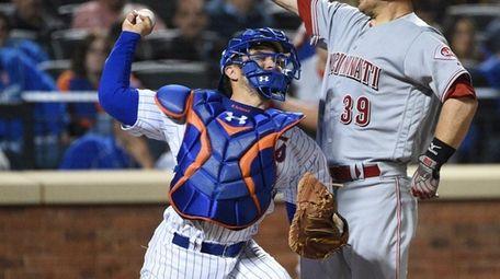 New York Mets catcher Travis d'Arnaud attempts to