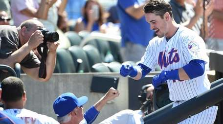 Mets manager Terry Collins greets Matt Reynolds in
