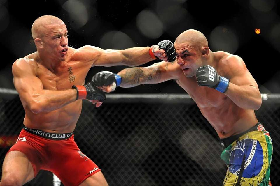 Georges St-Pierre battles Thiago Alves during their welterweight