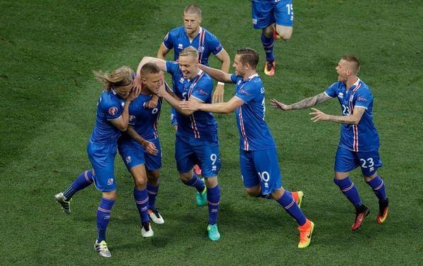 Iceland players celebrate after their teammate Ragnar Sigurdsson,