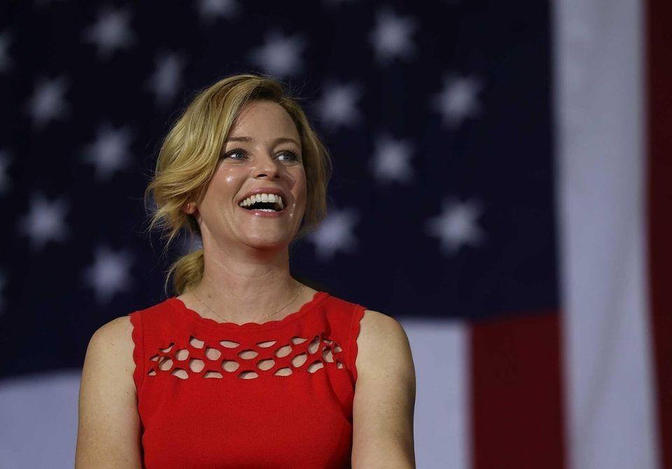 Elizabeth Banks' jokes fell flat at the Democratic