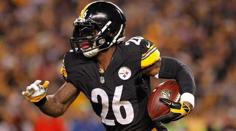 Le'Veon Bell of the Pittsburgh Steelers runs the
