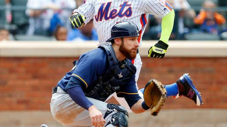 Yoenis Cespedes of the New York Mets scores