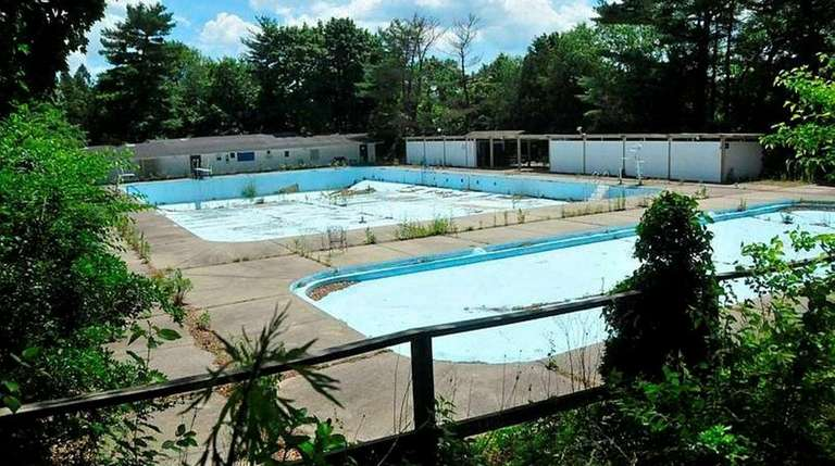 The Roslyn Country Club, equipped with a pool,