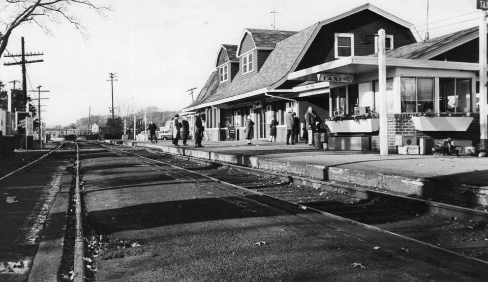 On Nov. 10, 1965, few commuters waited at