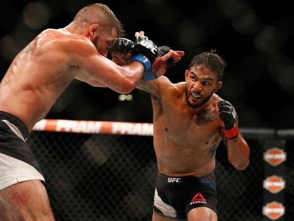 Dennis Bermudez (right) fights Jeremy Stephens during their