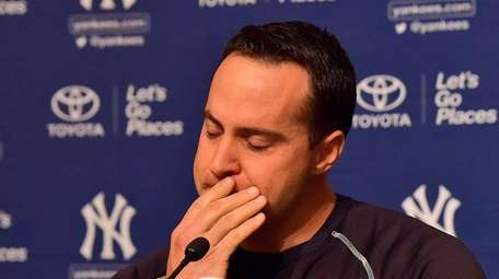 Yankees first baseman Mark Teixeira speaks with the