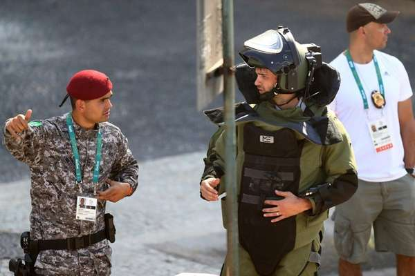 Members of the Brazillian bomb squad carry out
