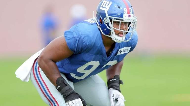 New York Giants linebacker B.J. Goodson (93) lines