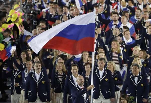 Sergei Tetiukhin carries the flag of Russia during