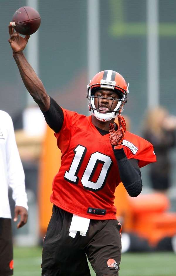 Cleveland Browns quarterback Robert Griffin III throws a