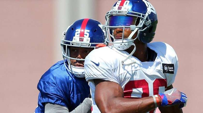 Giants wide receiver Victor Cruz runs a route