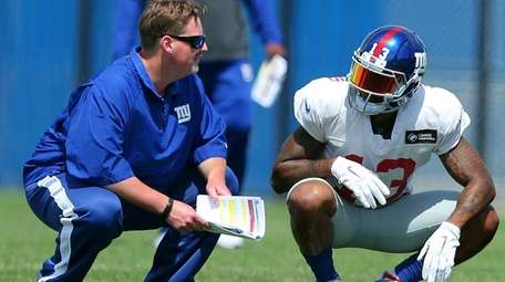 Giants coach Ben McAdoo talks with Odell Beckham
