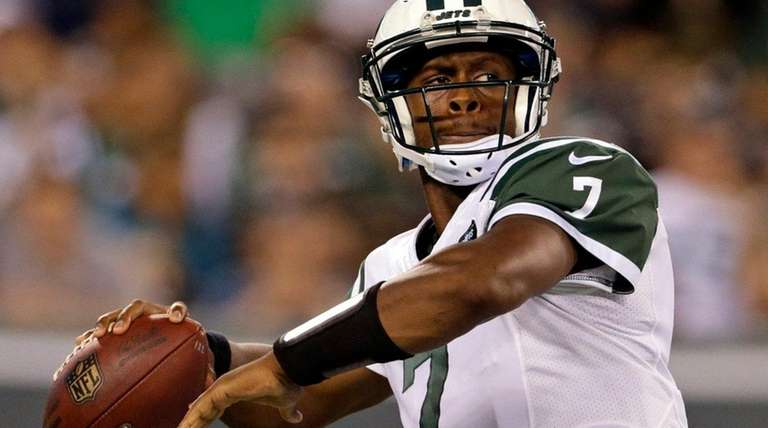 New York Jets quarterback Geno Smith passes against