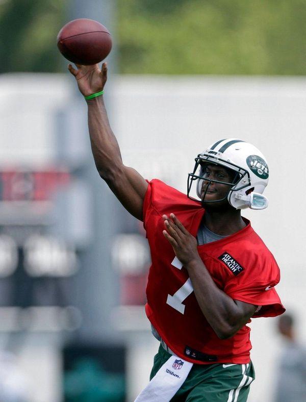 New York Jets quarterback Geno Smith passes during