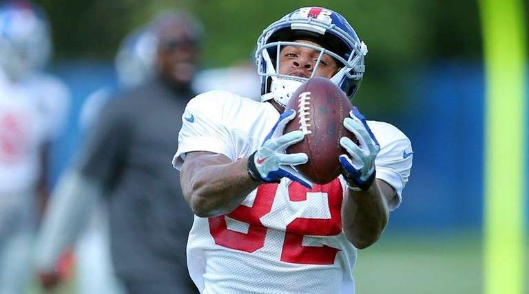 Giants wide receiver Roger Lewis catches a pass