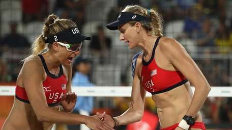 Kerri Walsh Jennings (R) and April Ross of