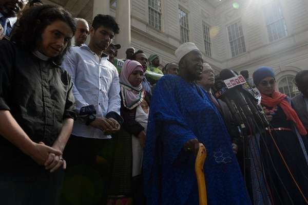 Members of the Muslim community and other religious