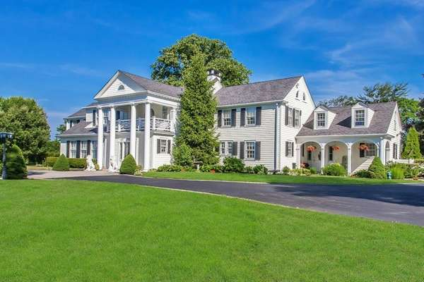 This six-bedroom, 6 1⁄2-bath Setauket home has a