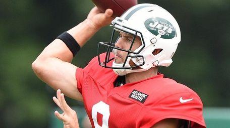 New York Jets quarterback Bryce Petty passes the