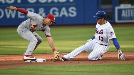 New York Mets shortstop Asdrubal Cabrera is tagged