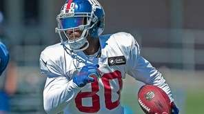 Victor Cruz of the Giants carries the ball
