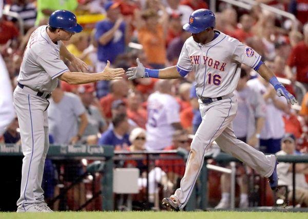 New York Mets' Alejandro De Aza, right, is