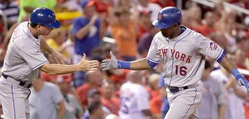 New York Mets' Alejandro De Aza, right, is
