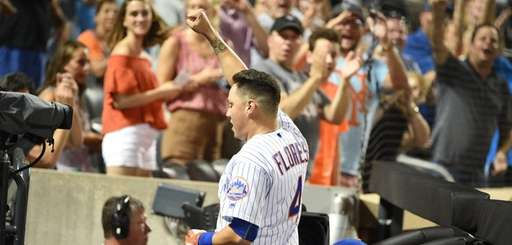 Fans cheer for New York Mets first baseman
